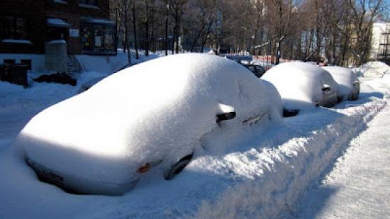 zdjęcie zasypanych samochodów